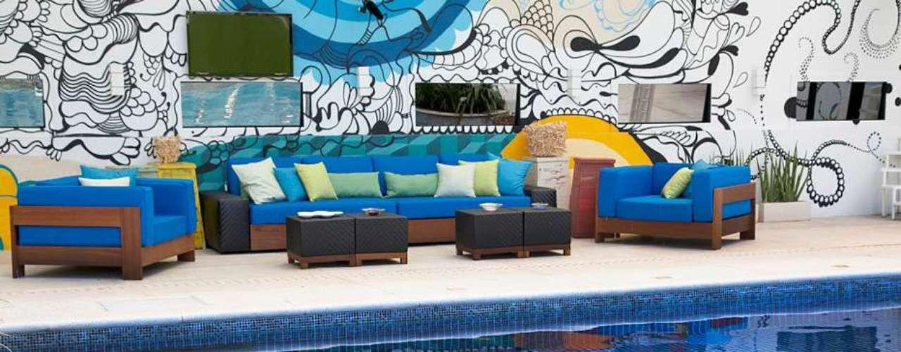 A área externa também ganhou uma mobília, para que os participantes possam se acomodar próximos à piscina