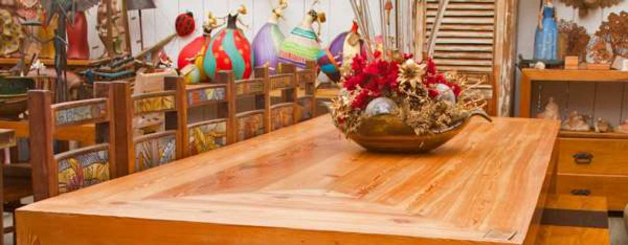 Quem quiser fazer uma cozinha com um estilo mais rústico pode investir em uma mesa de jantar de madeira de demolição. A mesa de pinho de riga de 2,40 m por 1,10 m, do Empório Tropical, saí por R$ 11.900
