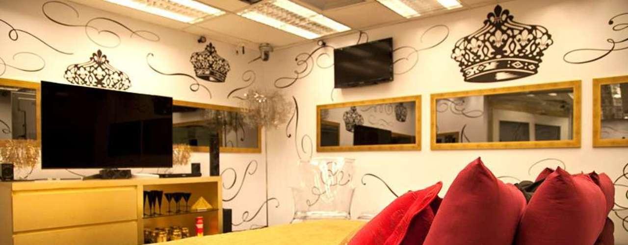 Os participantes da casa se dividem em três quartos com decorações temáticas: o do líder, o biblioteca e o brechó. O primeiro possui coroas estampando a parede e é decorado com objetos pretos, dourados, vermelhos e transparentes