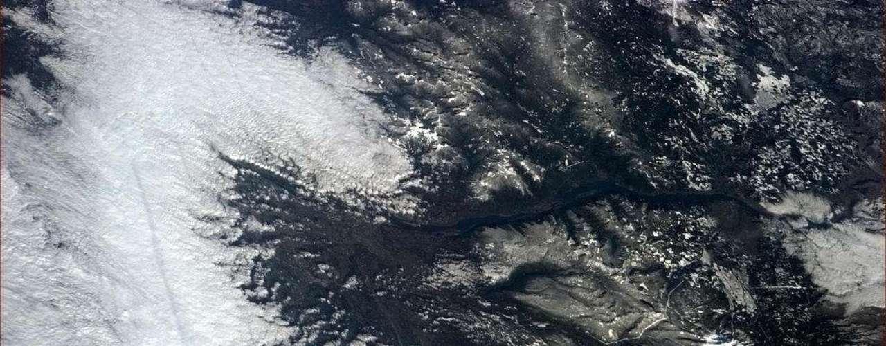 Um vulcão coberto por neblina ao lado de um desfiladeiro foi registrado pelo astronauta em 16 de janeiro