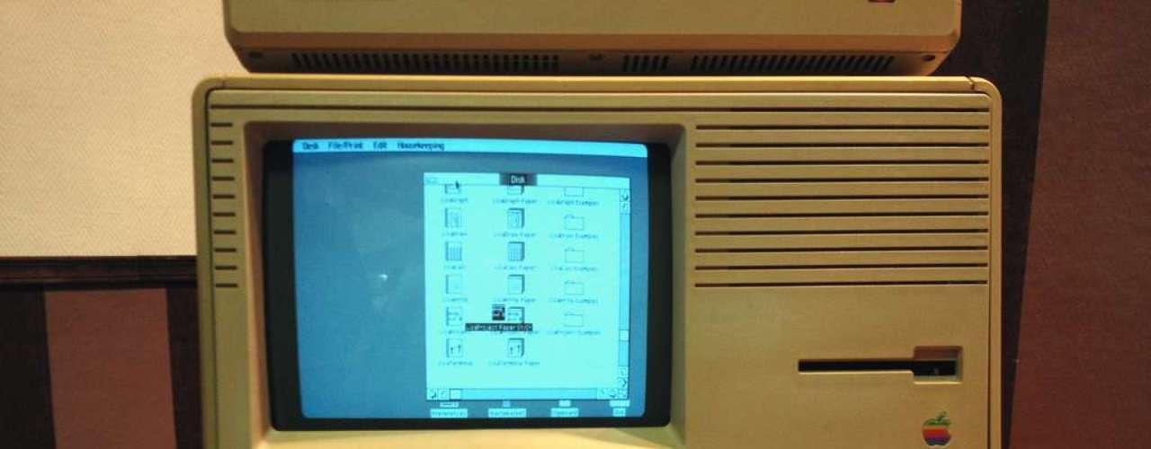 Com vocês, ícones e mouse! Há exatos 30 anos era lançado o Lisa, considerado o primeiro computador pessoal com interface gráfica. Ou seja, antes dele, a interação com a máquina era via comandos de texto, sem os ícones que estamos acostumados hoje. O preço da máquina era US$ 9.995