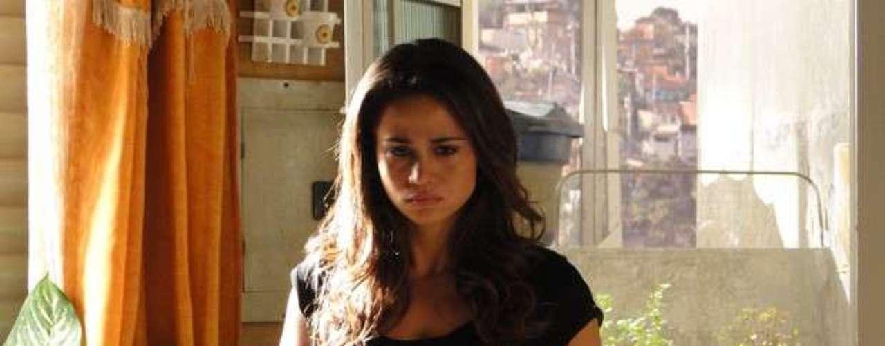 Morena (Nanda Costa) tenta explicar para Théo (Rodrigo Lombardi) o que foi fazer em uma boate