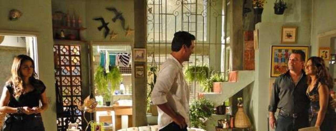 Théo (Rodrigo Lombardi) leva Morena (Nanda Costa) em casa e acaba contando para Ruddo (Adriano Garib) o que a filha de Lucimar (Dira Paes) falou sobre o tráfico de pessoas para o exterior