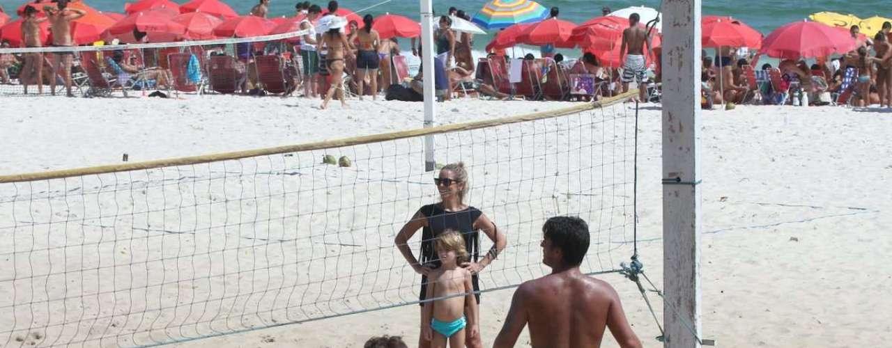 Janeiro 2013 -Danielle Winits, o filho mais velho, Noah, e o namorado Amaury Nunem curtiram, neste sábado, um dia de praia na Barra da Tijuca, no Rio de Janeiro