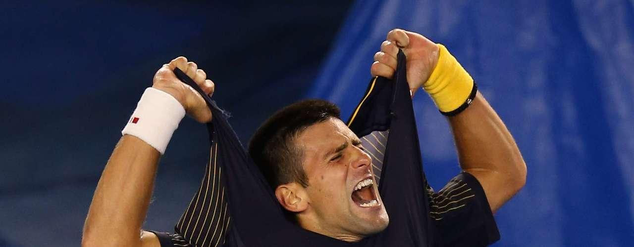 Em êxtase, Novak Djokovic rasga a camisa após vencer Staniskas Wawrinka no Aberto da Austrália.Em batalha que durou cinco horas e dois minutos, o sérvio bateu o suíço na manhã deste domingo por 3 sets a 2, com parciais de 1/6, 7/5, 6/4, 6/7 (5-7) e 12/10. Veja mais fotos da rodada masculina:
