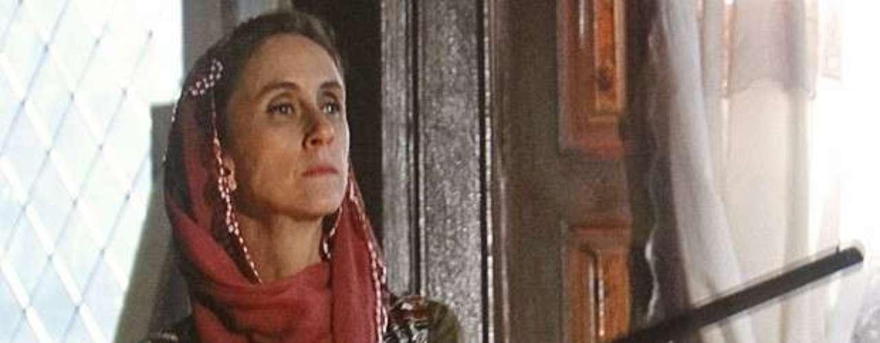 Sarila (Betty Gofman) só deseja a felicidade de Ayla (Tânia Khalill) e decide deixar isso bem claro a Zyah (Domingos Montagner)! Com uma espingarda na mão, a turca vai até o guia e exige que ele prometa que vai se casar com a filha dela e que não vai desistir se Bianca (Cleo Pires) reaparecer