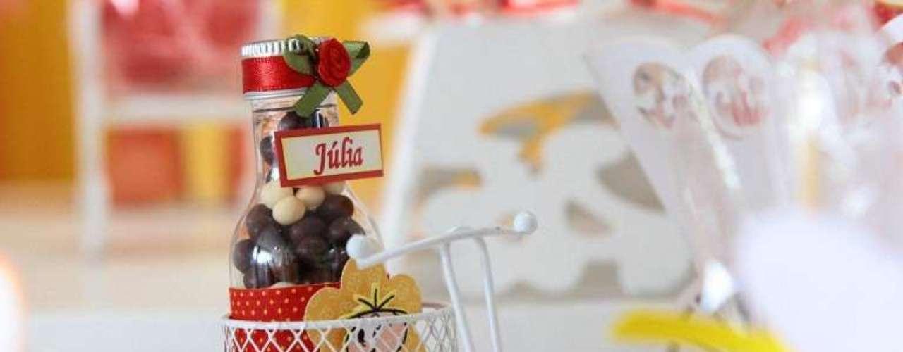 Um dos detalhes da mesa da festa com o tema Turma da Mônica, da La Belle Vie Eventos, é um triciclo que carrega uma garrafinha com guloseimas