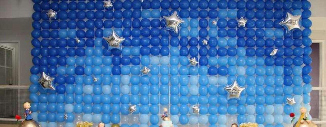 Para o tema O Pequeno Príncipe, a Komemore Festas Personalizadas apostou em um painel de balões que remetem ao universo