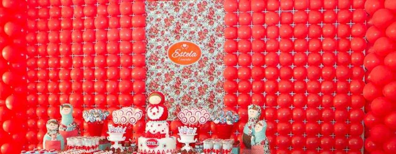 A cor vermelha é o ponto de destaque da festa com tema Matrioska, decorada por Komemore Festas Personalizadas