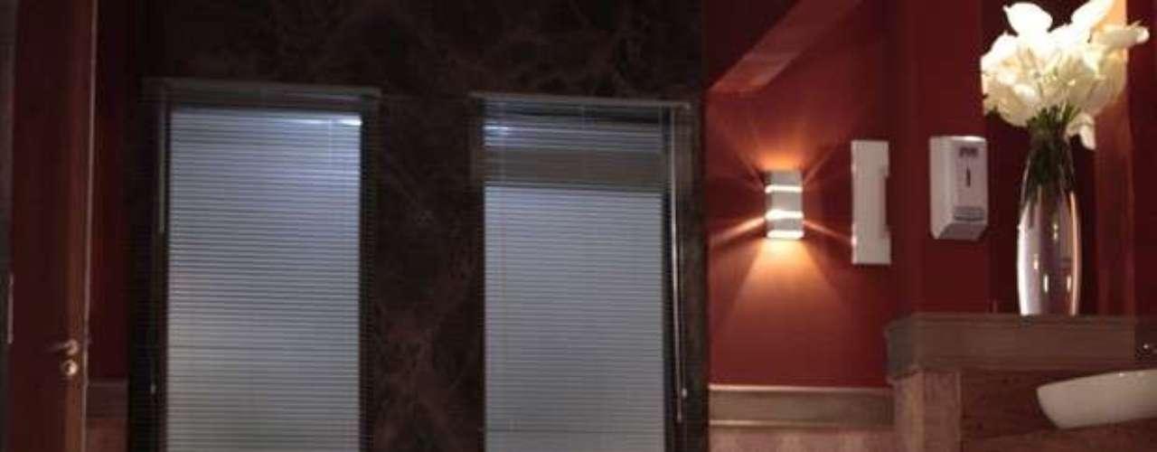 Lívia (Claudia Raia) aplica uma injeção letal no pescoço de Jéssica (Carolina Dieckmann) quando a traficada a reconhece como chefe da máfia. Em seguida, a amiga de Morena (Nanda Costa) cai morta no chão