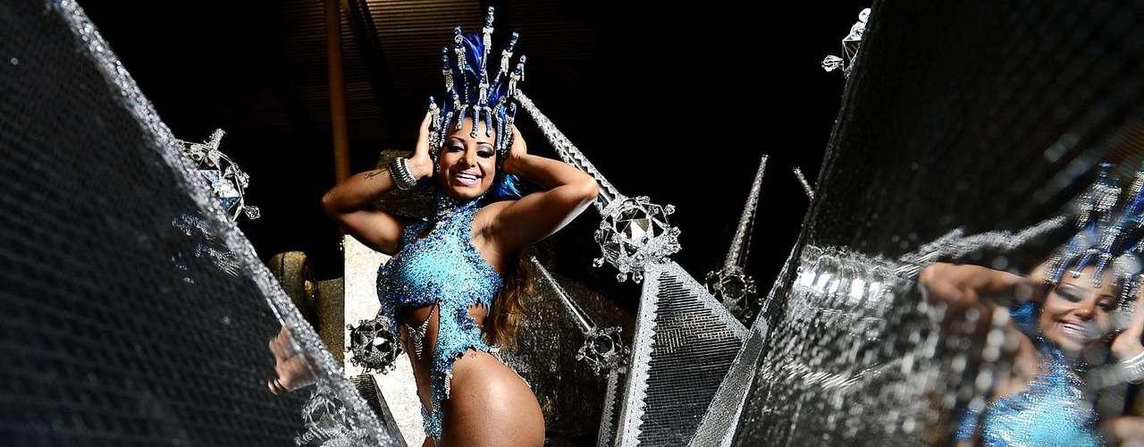 Madrinha de Bateria da Águia de Ouro, a atriz Cinthia Santosmostrou beleza e samba no pé durante ensaio em São Paulo