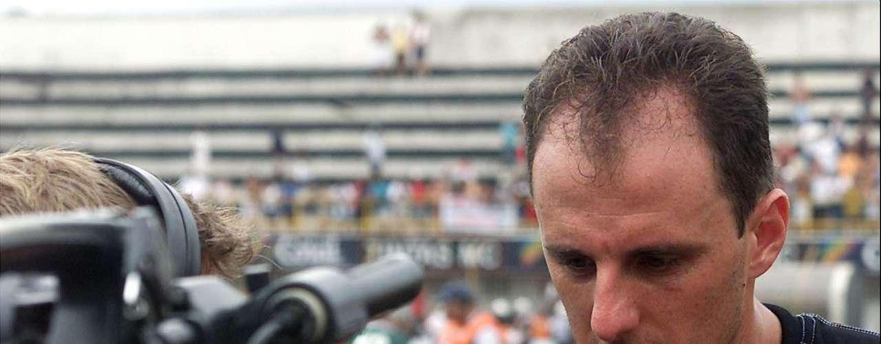 Gol do meio-campo de Roger (2002) Um episódio marcante na carreira do goleiro: após marcar um gol contra o Fluminense e demorar muito na comemoração, Rogério Ceni foi surpreendido quando o meia Roger descontou do meio-campo, na saída de bola, enquanto o camisa 1 tricolor ainda estava fora do gol