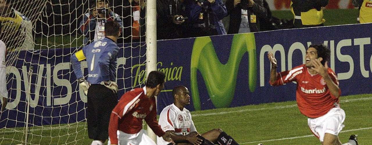 Falha na final da Libertadores (2006) Rogério falhou ao soltar uma bola nos pés do atacante Fernandão na decisão da Libertadores de 2006 contra o Internacional. O gol abriu o placar no Beira-Rio e a partida terminou empatada por 2 a 2, dando o título ao time gaúcho, que havia vencido no Morumbi por 2 a 1