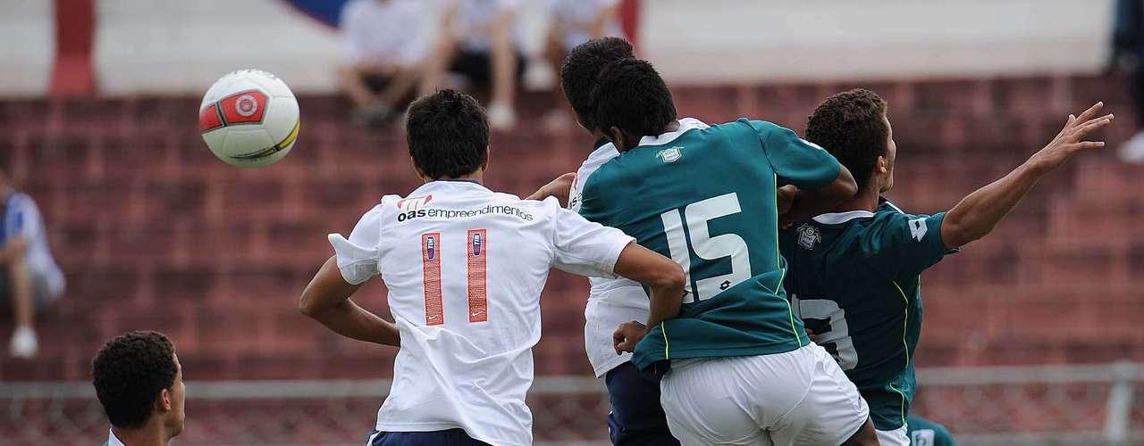 No segundo tempo, goleiro Paulo Henrique brilhou pela primeira vez, defendendo duas cobranças de pênalti de Raylan