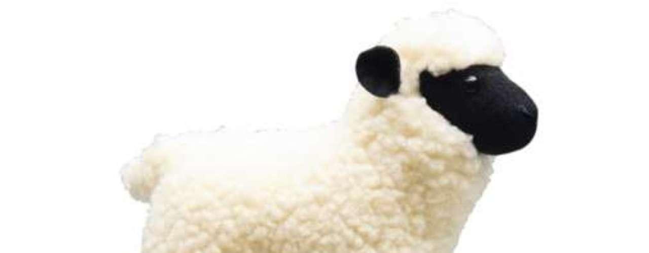 Um travesseiro em forma de ovelha