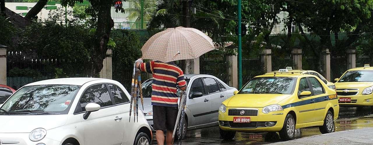 Vendedores ambulantes lucraram com a demanda por guarda-chuvas