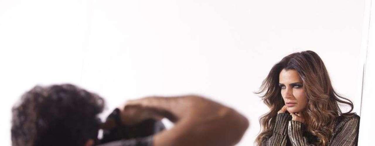 Com styling de Yan Acioli e beleza de Daniel Hernandez, a top e apresentadora foi clicada pelas lentes do fotógrafo Gustavo Zylbersztajn, no estúdio de Bob Wolfenson, em São Paulo