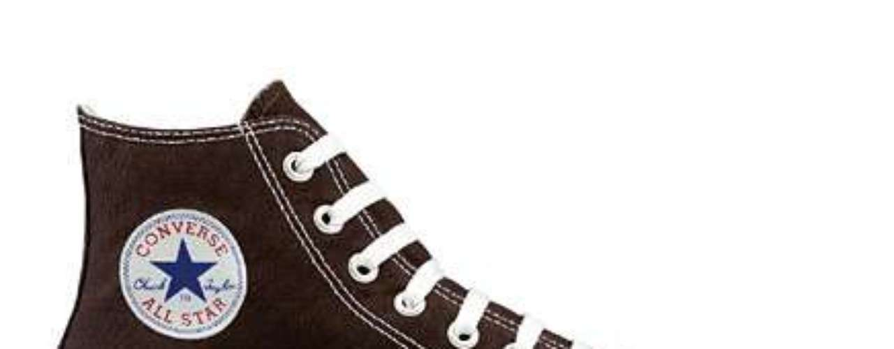 All Star: a marca foi criada na década de 1910 e o sucesso começou quando, em 1920, a Converse contratou o jogador de basquete Chuck Taylor para promover os calçados. Até 1966, o tênis de cano alto era fabricado apenas em preto ou branco, depois, foram criadas outras cores, para que outros times de basquete americanos pudessem usar também. Na década de 1970, bandas como os Ramones foram responsáveis por popularizar ainda mais o All Star, tornando-o símbolo de atitude e rebeldia. Vinte anos depois, o modelo voltou com o Grunge, combinado às camisas xadrezes de flanela que Kurt Cobain, do Nirvana, usava. O All Star conseguiu estabelecer uma marca, que virou sinônimo de gente descolada. Continua sendo urbano e muito ligado à música, mesmo, explica Ana. O All Star alia o estilo despojado a um custo acessível, complementa Fernanda