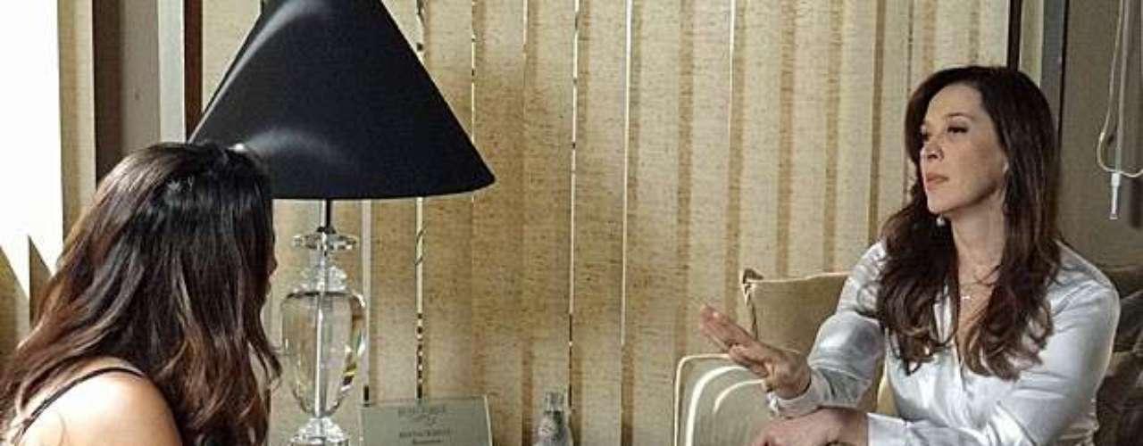 Lívia (Claudia Raia) percebe que Morena (Nanda Costa) pode atrapalhar seus planos se continuar no Brasil e tenta convencer a moradora do Alemão de fazer a denúncia contra a máfia em viagem para a Turquia