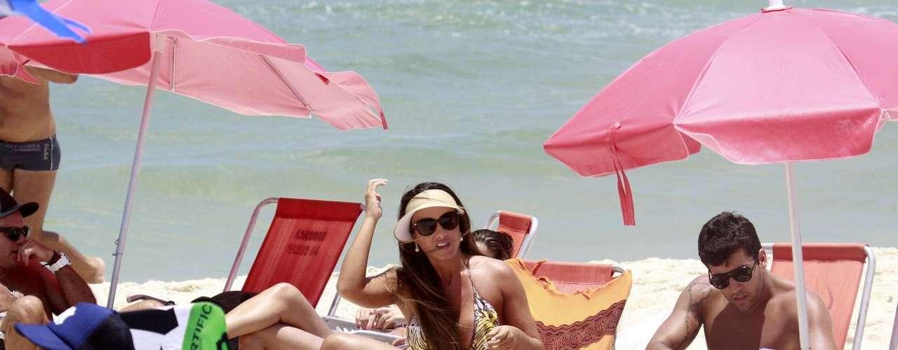 Janeiro 2013 -Nicole Bahls aproveitou o sol desta quarta-feira (23) para curtir a praia da Barra da Tijuca no Rio de Janeiro. De biquíni Nicole, a modelo exibiu boa forma.A modelo estava com o amigo Diego Pompo. Os dois participaram do programa A Fazenda, da Record.