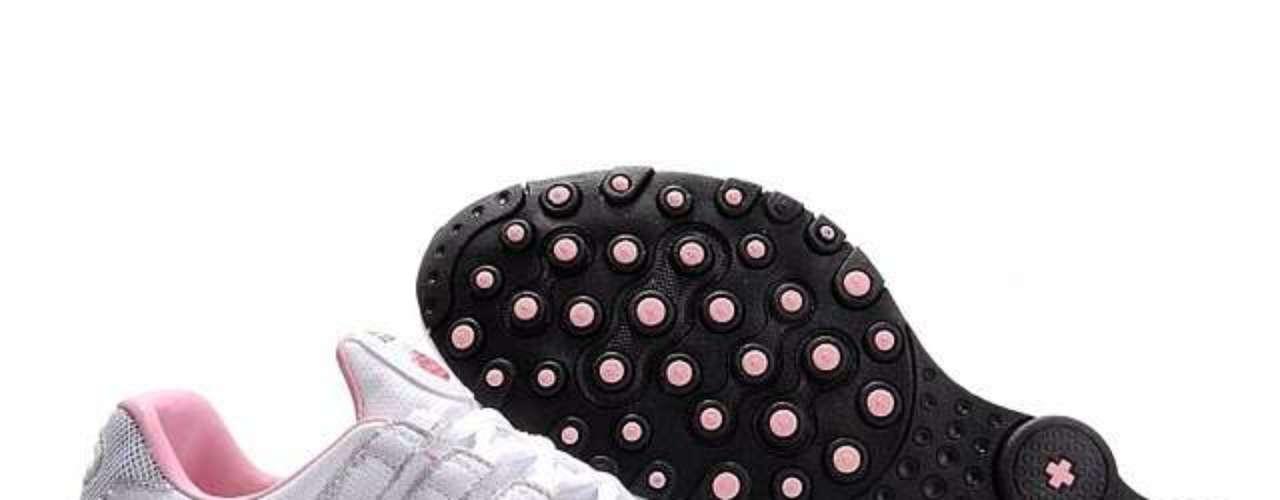 Nike Shox:em 2001, a Nike inovou, mais uma vez, ao trazer ao mercado um modelo com nova tecnologia de amortecimento e estabilidade, o Nike Shox. Com inúmeras combinações de cores e design moderno, o tênis virou, por volta de 2005, símbolo de status, já que não tinha preço acessível. Em 2008, o Nike Shox se tornou compatível ao iPod, o que permitia que o usuário monitorasse tempo, distância e ritmo do treino, além da quantidade de calorias queimadas. Essa parceria agregou ainda mais tecnologia ao modelo, explicou Ana