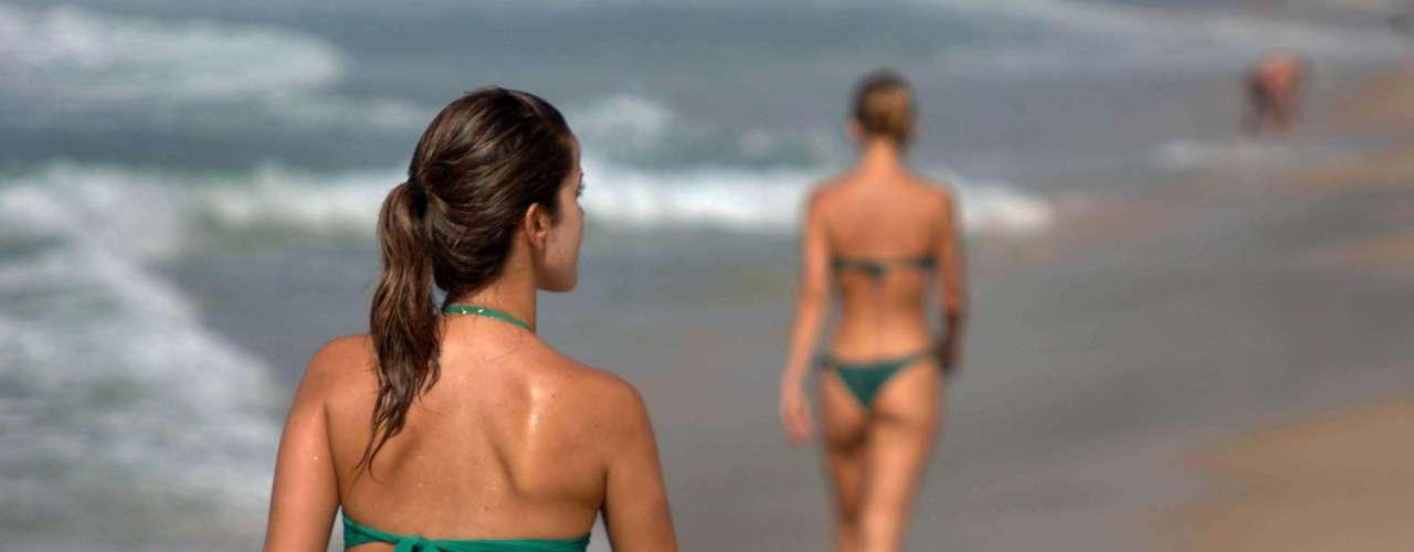 23 de janeiro Banhistas fazem caminhada na areia da praia