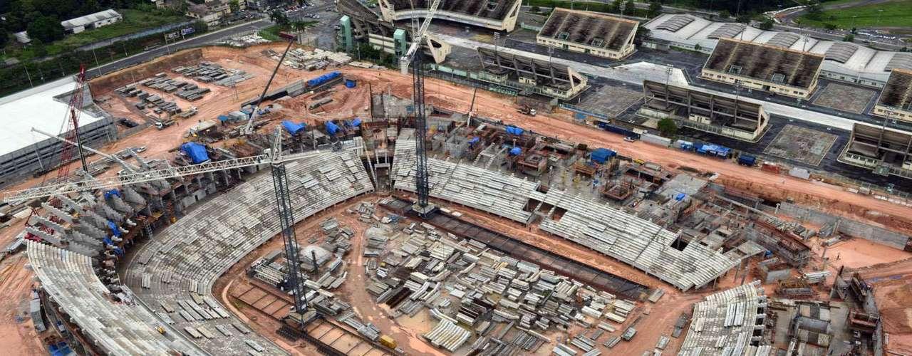 24 de janeiro de 2013: As obras no estádio amazonense evoluem agora para a montagem de degraus da arquibancada superior no setor sul e construção de banheiros, camarotes e pódio