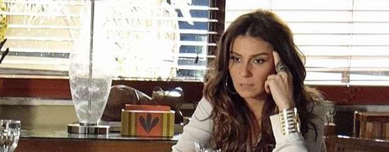 Helô deduz que Lívia mentiu no depoimento sobre a morte de Jéssica, mas não cogita a participação da empresária no crime. A delegada acha que ela só quis evitar um escândalo no evento