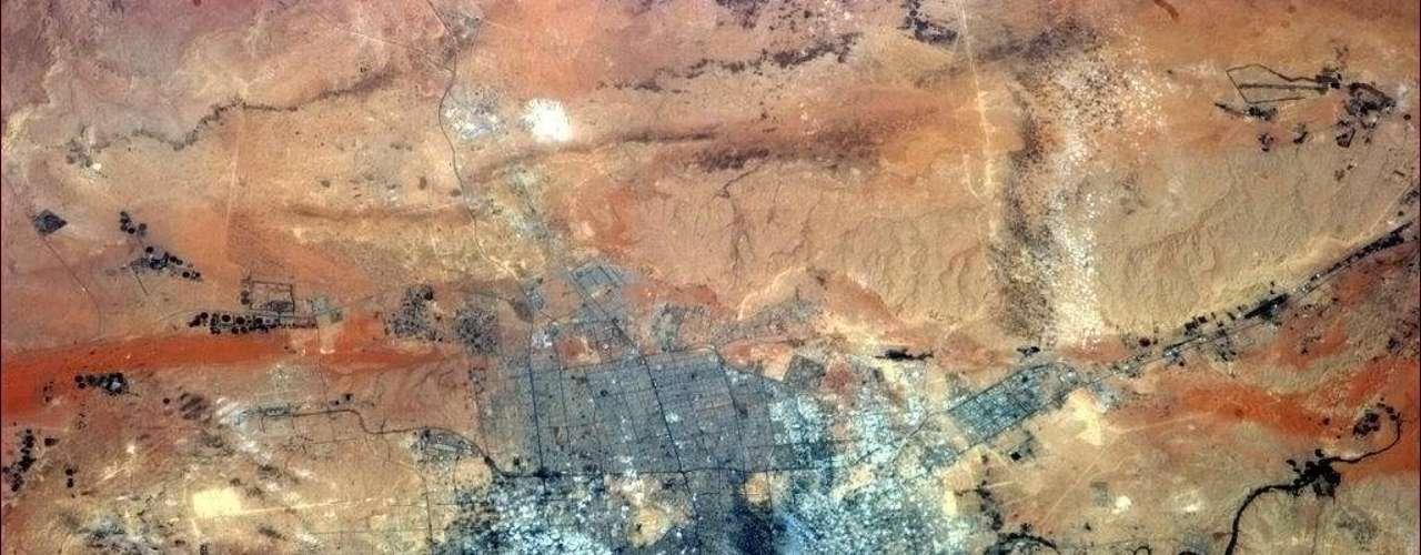 Imagem feita por astronauta na ISS mostra a cidade de Riyadh, na Arábia Saudita. \