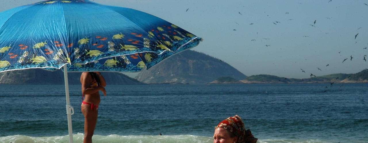 25 de janeiro -Banhistas aproveitaram a praia de Ipanema em dia de calor na capital fluminense