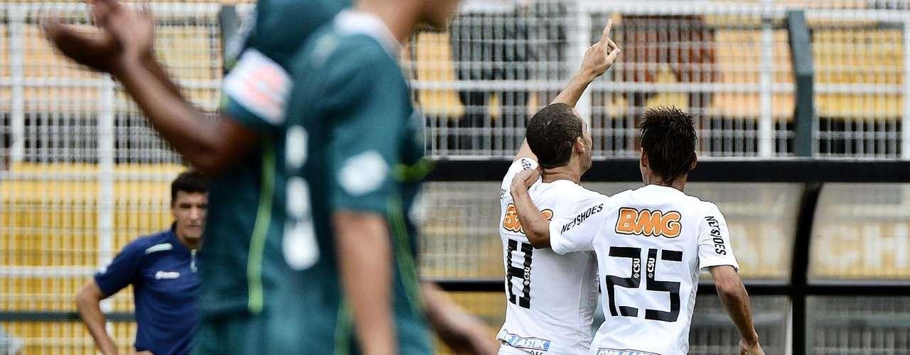 Acompanhado de Neilton, Pedro Castro correu para comemorar com a torcida santista, que compareceu em bom número para prestigiar a final da Copa São Paulo