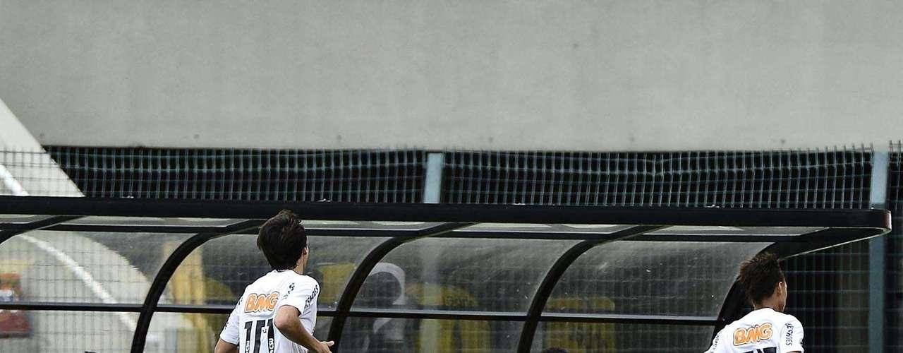 Após marcar os três gols do Santos contra o Palmeiras, na semifinal, o atacante Neilton (à dir.) também deixou a sua marca na grande final da competição