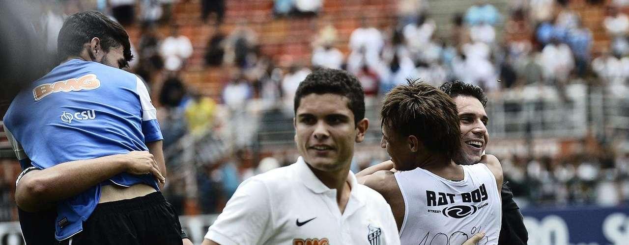 Delegação santista abraça os novos campeões da Copa São Paulo 2013