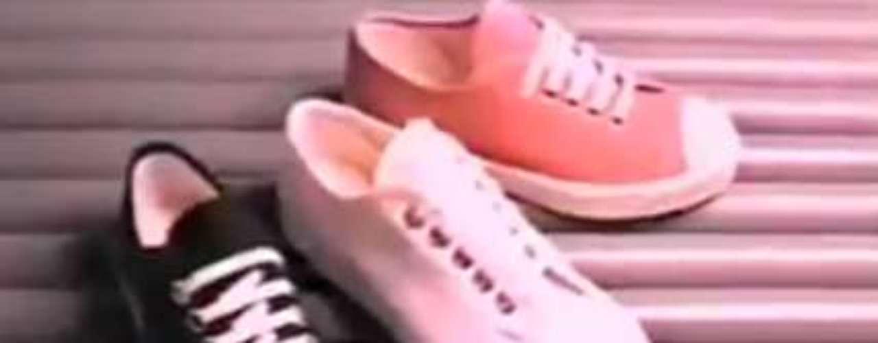 Bamba: o Bamba era produzido no Brasil e estourou nos anos 1970 e 1980. Era um calçado bem semelhante ao Conga, no quesito de design e preço. Bastante confortável, era muito usado por crianças, conta Isadora. Segundo a consultora de moda Ana Vaz, o Bamba foi um dos primeiros modelos a serem customizados. Combinando com a época em que viraram febre, eram feitos em cores fluorescentes, em um estilo new wave