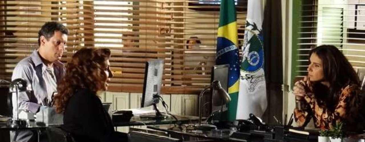 Helô (Giovanna Antonelli) interroga Wanda (Totia Meirelles) sobre a morte de Jéssica (Carolina Dieckmann) e quer saber o que a bandida sabe da vida da garota. Sem se abalar, Wanda responde que Jéssica era viciada em drogas e que foi demitida por causa disso
