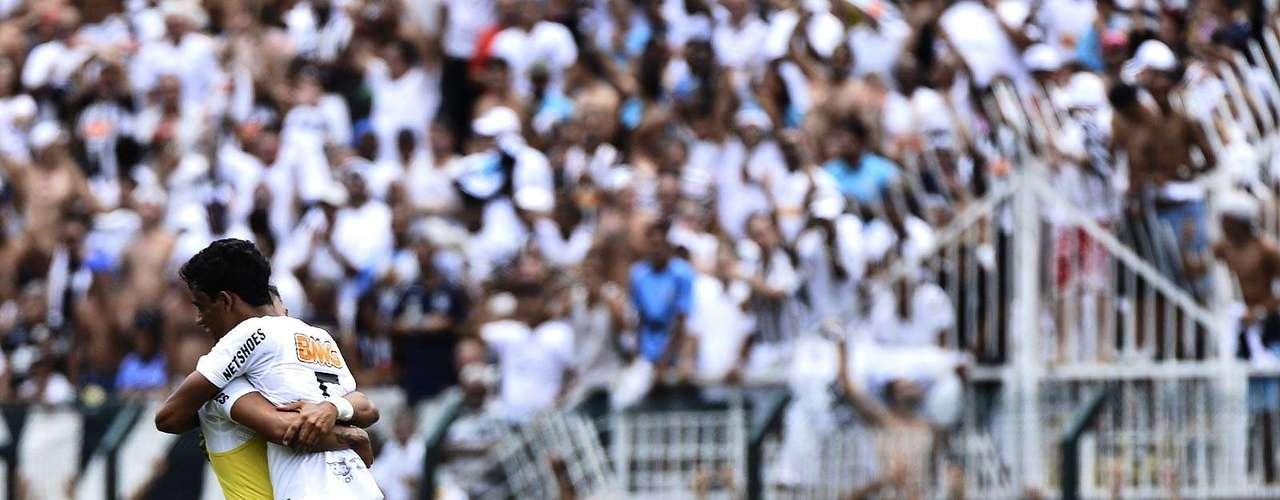 Após o apito final, jogadores do Santos caem no gramado para comemorar a conquista do título