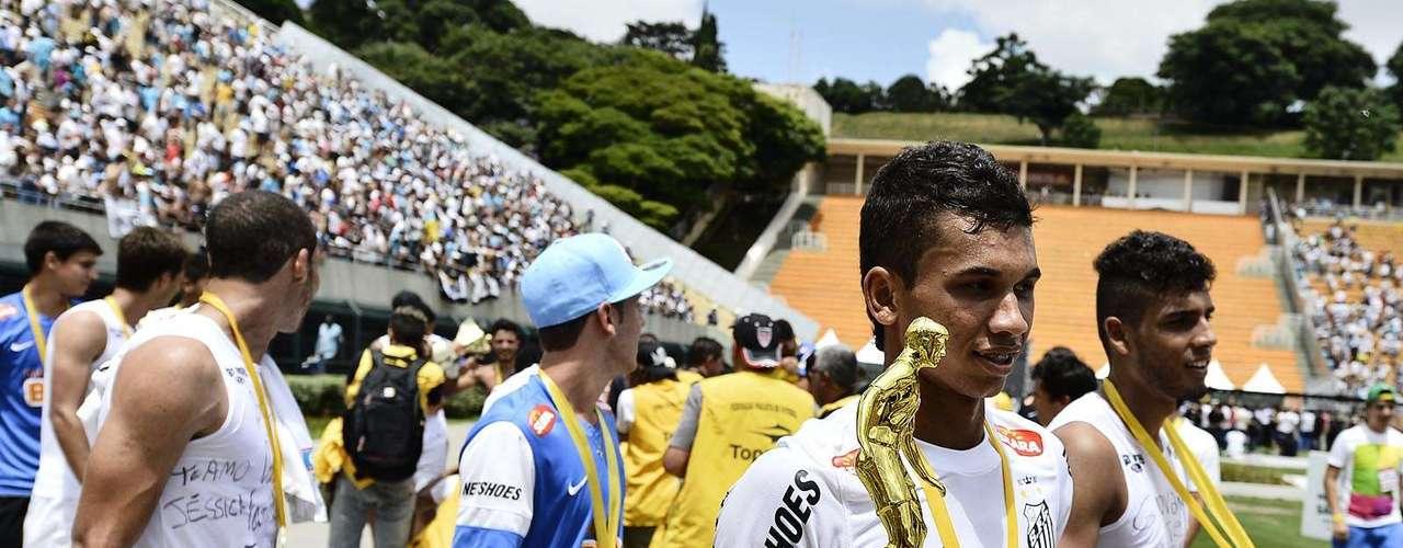 Leandrinho recebeu o troféu de melhor jogador da Copa São Paulo 2013