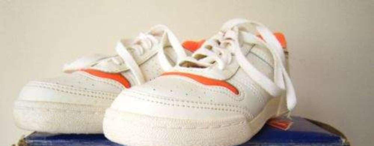 Le Cheval:em 1982, a Nike lançou o seu clássico modelo de cano alto, batizado Nike Air. Três anos depois, o tênis obteve ainda mais popularidade graças ao jogador de basquete Michael Jordan que, em parceria com a marca, lançou o Nike Air Jordan 1. Na mesma década, com Jordan e o basquete em alta, o Brasil ganhou o Le Cheval, sua versão do tênis mais cobiçado do momento. Era um tênis barato e acessível, mas não tinha muita qualidade, relembra Ana. No entanto, ao contrário do Nike Air, que até hoje é considerado um clássico da moda, o reino do Le Cheval não durou muito tempo. Cópia de modelos importados, o Le Cheval logo saiu de cena e passou a ser visto como brega e de mau gosto, acrescentou Isadora