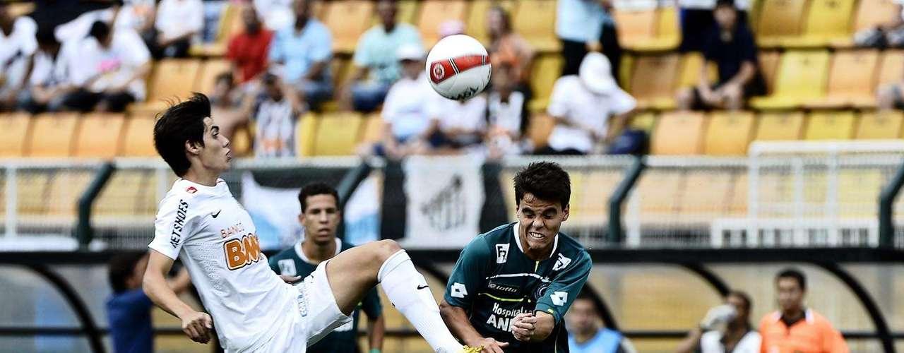 Meia Léo Citadini disputa jogada com defensor do Goiás no meio-campo