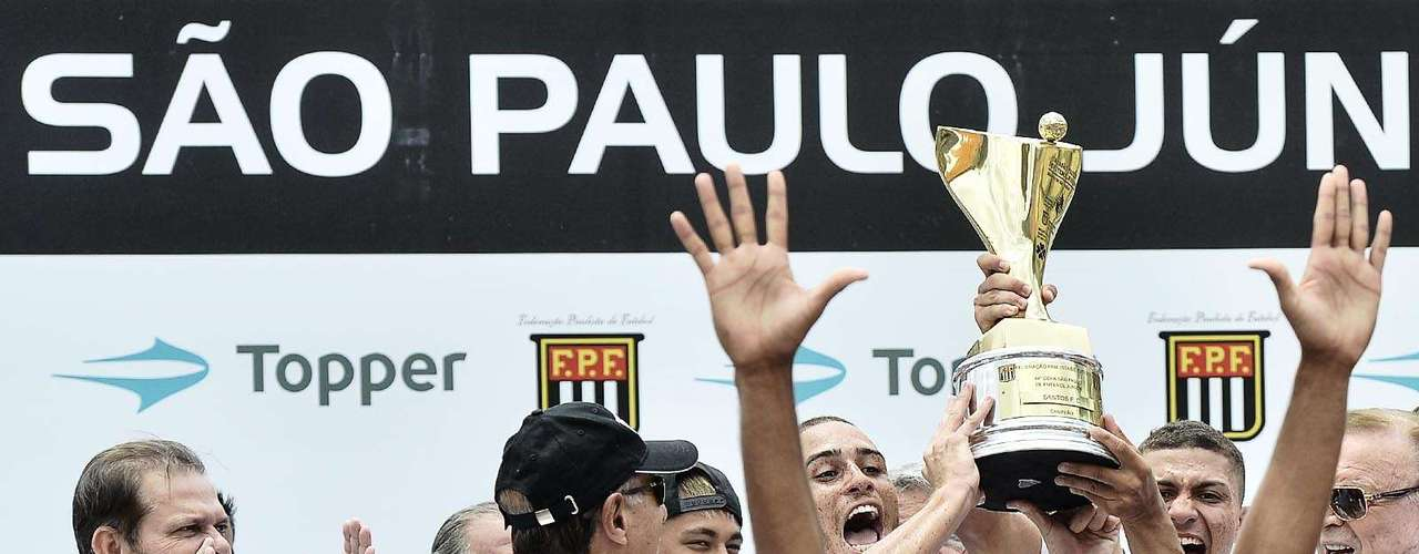 Ao lado de Marin e Neymar, jogadores do Santos erguem a taça de campeão