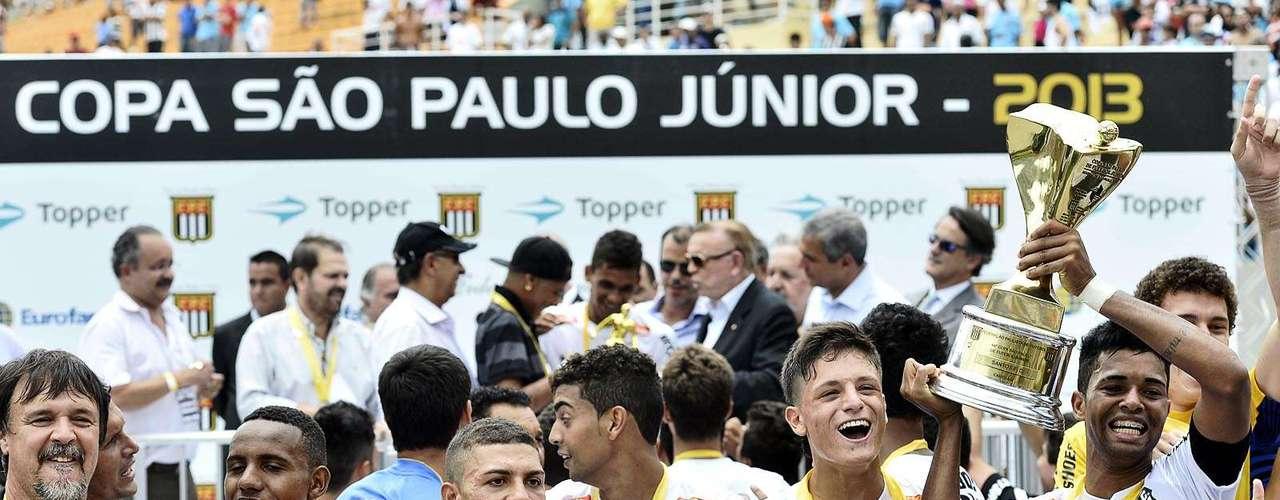 Já com o troféu em mãos, jogadores do Santos comemoram a conquista desta sexta-feira