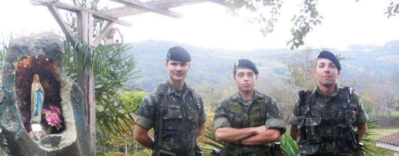 O cabo Lucas Leite Teixeira (centro) morreu após salvar duas pessoas e retornar para buscar uma terceira, segundo militares