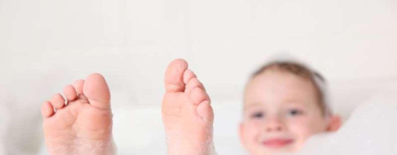 O mais importante para tratar a lesão causada pelo bicho do pé é higienizar o local com água e sabonete e retirar o inseto do corpo