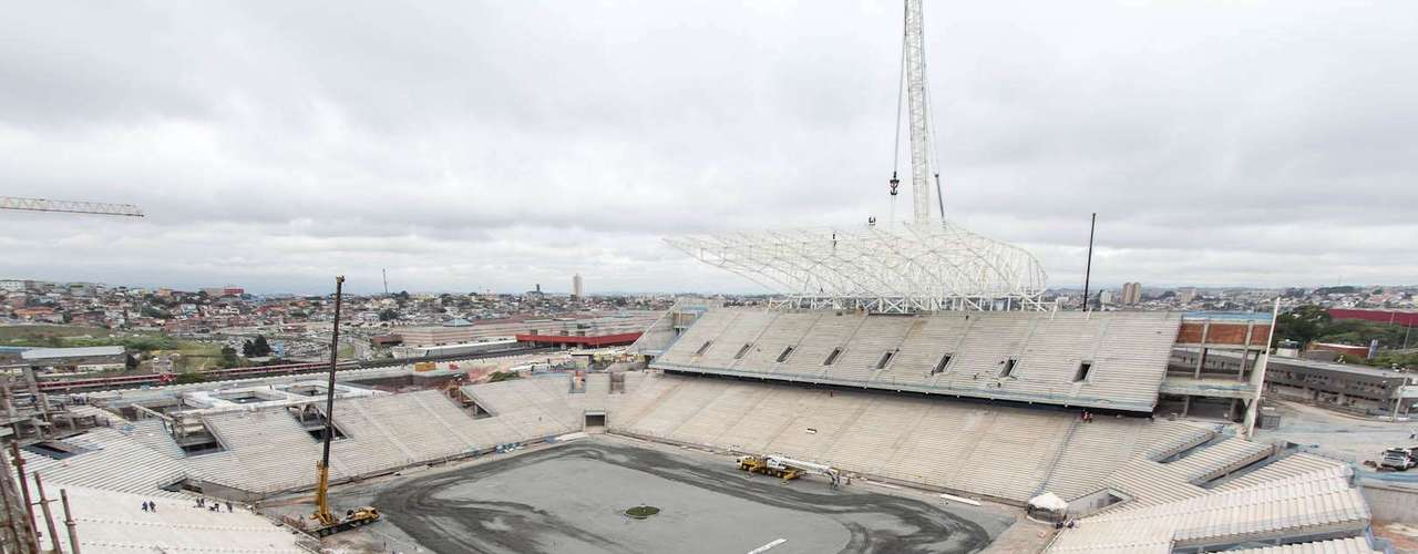 Arena Corinthians (São Paulo) Custo: R$ 820 milhões (R$ 400 milhões do BNDES) Situação atual:Palco da abertura da Copa de 2014, em 12 de junho, e de mais cinco partidas do Mundial, incluindo um jogo de quartas de final e uma semifinal, o estádio paulistano chegou a 62% de conclusão em janeiro de 2013. Após a instalação do nono módulo metálico da estrutura da cobertura no prédio leste, os trabalhos foram concluídos naquele setor e o guindaste responsável por içar as peças deve iniciar, em fevereiro, a montagem dos onze módulos do setor oeste. O estádio terá capacidade para 65 mil torcedores. São 48 mil assentos convencionais e 17 mil lugares móveis, que deverão ser removidos após o torneio. A previsão de entrega é para dezembro de 2013
