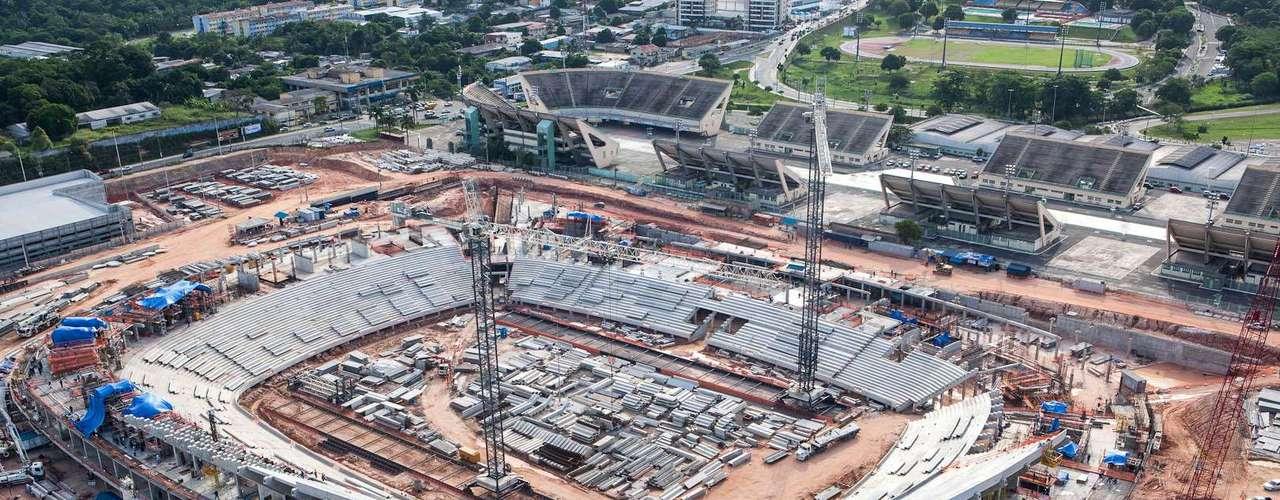 Arena Amazônia (Manaus) Custo: R$ 515 milhões (R$ 375 milhões de financiamento federal) Situação atual:a Arena da Amazônia terá capacidade para 44 mil torcedores e tem entrega estimada para dezembro de 2013. Em janeiro de 2013, as obras chegaram a 52% de conclusão. O projeto avança na montagem da arquibancada superior, com previsão de término marcada para abril. Alguns banheiros já estão em fase de acabamento. Em maio, começa a montagem da cobertura e da fachada. Na Copa do Mundo, o estádio receberá quatro jogos, todos durante a primeira fase da competição