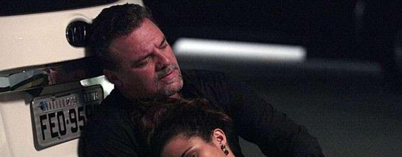 Enquanto finge procurar as provas contra a máfia, Lívia liga para Russo (Adriano Garib) e avisa que chegou a hora de pegar Morena