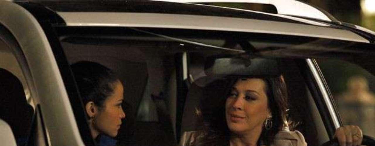 Morena (Nanda Costa) cai no papo de que Lívia (Claudia Raia) quer ajudá-la e é impedida de contar a verdade sobre o tráfico a Helô (Giovanna Antonelli)