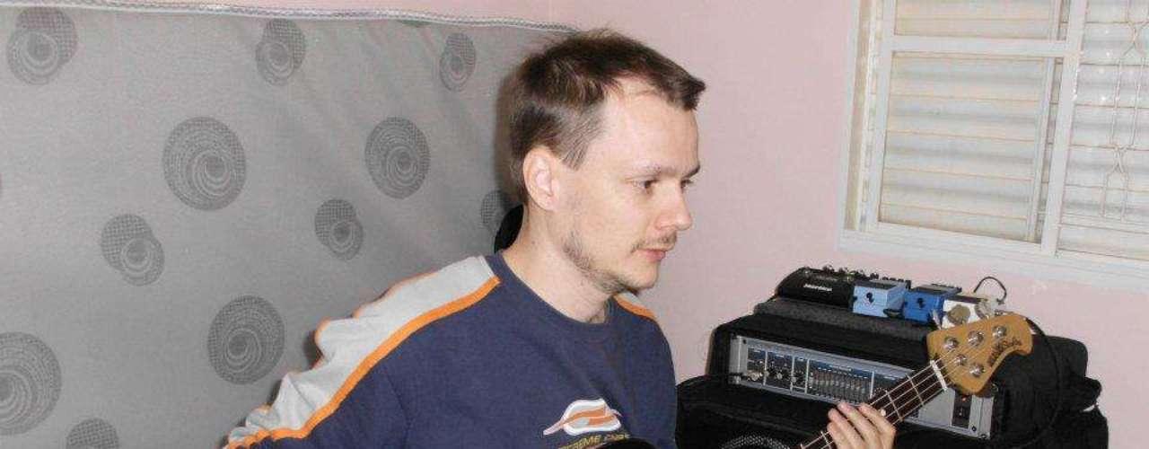 Baixista da banda Pimenta e seus Comparsas, Robson Van der Ham se apresentava na noite da tragédia na Boate Kiss