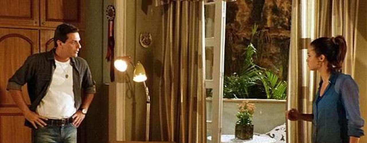 Morena (Nanda Costa) inventa desculpas para despistar Théo (Rodrigo Lombardi) e se encontrar com Lívia (Claudia Raia). Ela faz mais uma tentativa, dizendo que precisa falar com Helô (Giovanna Antonelli) e que ele não pode acompanhá-la, mas o capitão percebe a mentira. \