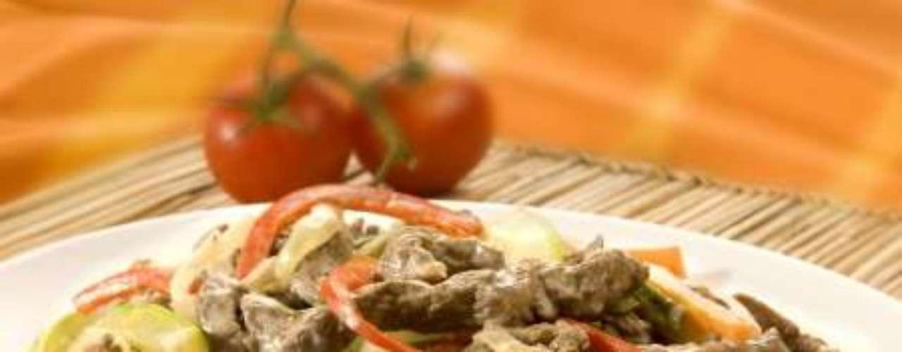 Isca de carne com legumes cremosos.